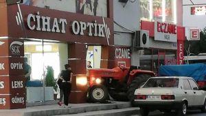 Acemi Sürücü Traktörle Gözlükçüye Girdi