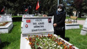 Şehit annesini, oğlunun mezarına polis götürdü