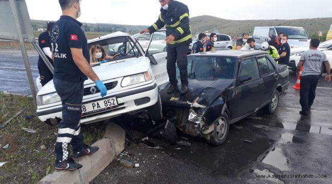 Kayseri'de iki otomobil çarpıştı: 9 yaralı