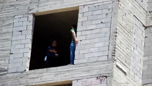 İnşaata çıkan şahsı polis ikna etti