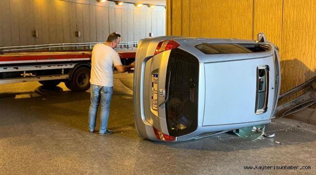 Direksiyon hakimiyeti kaybolan otomobil yan yattı