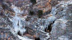 Buz tutan şelale görenleri mest ediyor