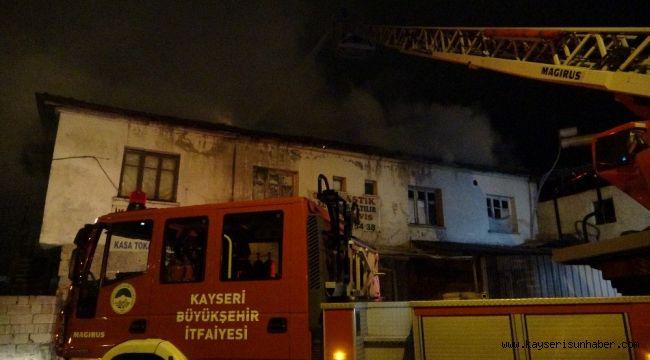 İş yerinin yanan çatısı itfaiye ekiplerini harekete geçirdi