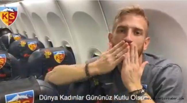 Kayserisporlu futbolcular Dünya Kadınlar Günü'nü kutladı