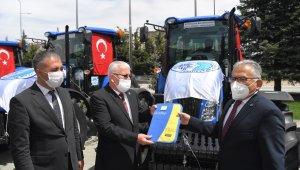 Başkan Büyükkılıç'tan 5 ilçeye 5 traktör