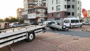 Kazada savrulan otomobil ters döndü: 2 yaralı