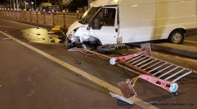 Direksiyon hakimiyeti kaybolan kamyonet refüje girdi: 1 yaralı