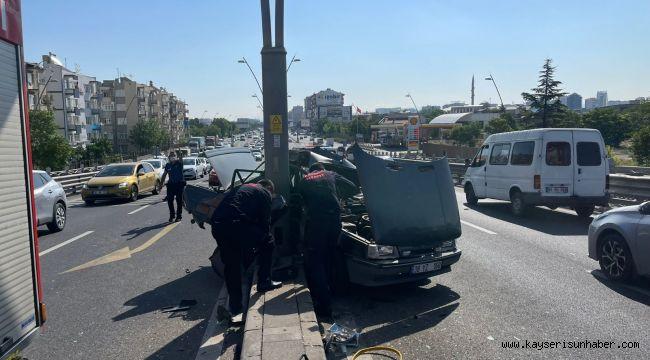 Kazada savrulan otomobil aydınlatma direğine çarptı: 3 yaralı