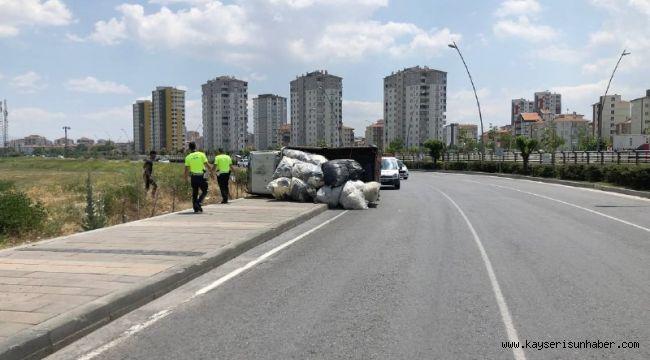 Virajı alamayan elyaf yüklü kamyonet devrildi: 1 yaralı