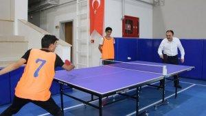 Çandıroğlu, telafi eğitimi gören lise öğrencilerini ziyaret etti, masa tenisi oynadı