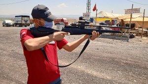 Kurban yakalama timi enjektörlü havalı tüfek ile pazarda nöbet tutuyor