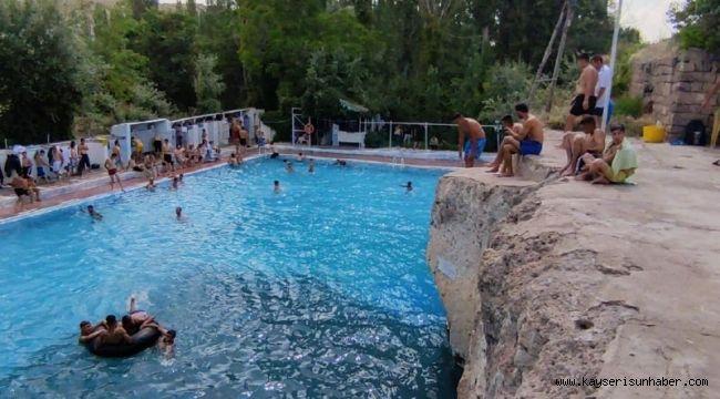 Sıcaktan bunalan vatandaşlar 400 yıllık 'Keşişin Havuzu'na akın etti