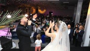 Kayserili sanatçı kendi düğününde sahne aldı