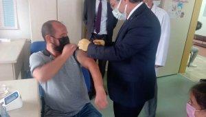 Aşı için gelen vatandaşın aşısını Sağlık Müdürü Benli yaptı