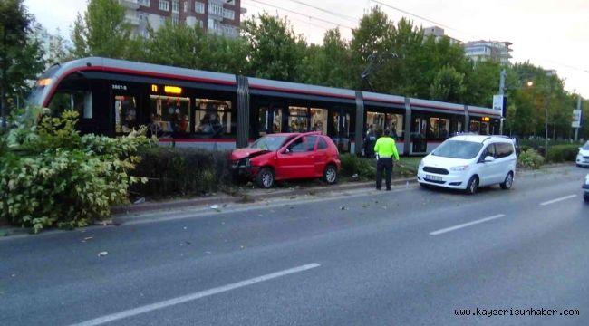 Kontrolü kaybolan otomobil tramvay yoluna uçtu