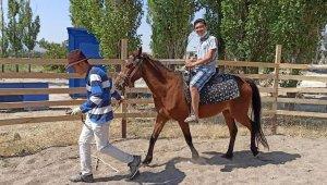 Tomarzalı çocuklara at ve ok atıcılığı eğitimi